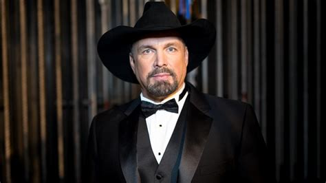Analyzing the Unique Style that Made Garth Brooks a